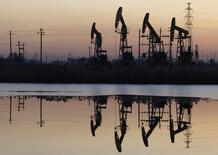 Станки-качалки на нефтяном месторождении Дацин компании PetroChina в китайской провинции Хэйлунцзян 5 ноября 2007 года. Цены на нефть упали до пятилетнего минимума после решения ОПЕК не снижать добычу. REUTERS/Stringer