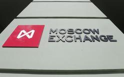Логотип Московской биржи у входа в здание биржи 14 марта 2014 года. Обвал нефти и падающий всё ниже рубль продолжают увлекать индекс РТС всё ближе к историческим минимумам периода кризиса 2008 года. REUTERS/Maxim Shemetov