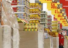 Магазин Ашан в Москве 28 ноября 2014 года. Банк России, практически перешедший к режиму таргетирования инфляции, ожидает, что она достигнет своего пикового значения в первом квартале следующего года, приблизившись к 10 процентам в годовом выражении. REUTERS/Sergei Karpukhin