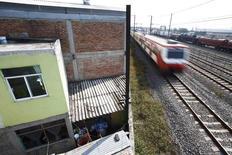 Un tren suburbano en el barrio Tlalnepantla de Baz en Ciudad de México, nov 7 2014. China planea participar en una nueva licitación para un proyecto de tren de alta velocidad en México, después de que el Gobierno canceló sorpresivamente el mes pasado un proceso en el que había ganado un consorcio encabezado por una empresa china, dijeron fuentes.  REUTERS/Edgard Garrido
