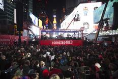 Chris Martin toca com o U2 durante show surpresa na Times Square, em Nova York, no Dia Mundial de Luta Contra Aids. 01/12/2014 REUTERS/Carlo Allegri