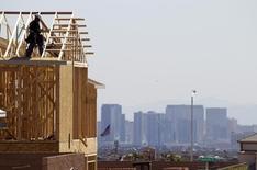Un carpintero en el techo de una vivienda en construcción en el valle de Las Vegas, abr 5 2013. El gasto en construcción de Estados Unidos subió más de lo previsto en octubre por avances tanto en el sector público como en el privado, lo que podría atenuar los temores sobre una brusca desaceleración en el crecimiento económico del cuarto trimestre.     REUTER/Steve Marcus