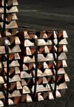 Un cargamento de cobre de exportación en el puerto de Valparaíso, Chile, jun 29 2009. Los precios del cobre retrocedían el miércoles en Londres, presionados por la fortaleza del dólar y la incertidumbre sobre la demanda de metales industriales, aunque el descenso era limitado por datos que mostraron que el sector de servicios en China se expandió marginalmente más rápido en noviembre.  REUTERS/Eliseo Fernandez