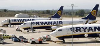 Ryanair a de nouveau relevé jeudi ses prévisions de bénéfice pour l'exercice 2014-2015 clos en mars au vu d'un bond de 22% de son trafic passagers en novembre. /Photo d'archives/REUTERS/ Albert Gea