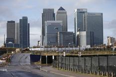 Le fonds souverain du Qatar (QIA) et Brooklyn Properties Partners ont relevé le montant de leur offre conjointe sur Songbird Estates à un niveau qui valorise le propriétaire du quartier d'affaires londonien de Canary Wharf à 2,6 milliards de livres sterling (3,28 milliards d'euros). /Photo prise le 12 novembre 2014/REUTERS/Suzanne Plunkett