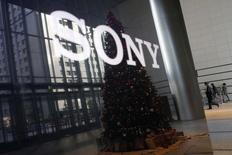 Sony, qui traverse une phase de restructuration délicate, va probablement réduire son salaire moyen l'an prochain, une décision inhabituelle pour une grande entreprise japonaise. /Photo prise le 18 novembre 2014/REUTERS/Toru Hanai