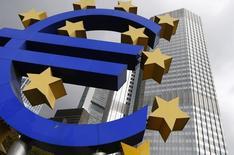Una escultura con el logo del Euro a las afueras del Banco Central Europeo en Fráncfort, oct 26 2014. Once países de la zona euro siguen divididos sobre un impuesto a las transacciones financieras, un día antes de que se cumpla un plazo autoimpuesto para que el bloque monetario acuerde las líneas generales de una iniciativa que debiese estar implementada a principios de 2016, dijeron diplomáticos.       REUTERS/Ralph Orlowski