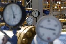 Датчики давления на газовой станции в Червоном Донце, Украина 5 августа 2014 года. Украинская газотранспортная монополия Укртрансгаз сообщила, что Россия возобновила поставки газа во вторник после шестимесячной паузы, вызванной спором Москвы и Киева из-за цены и непогашенных долгов. REUTERS/Konstantin Grishin