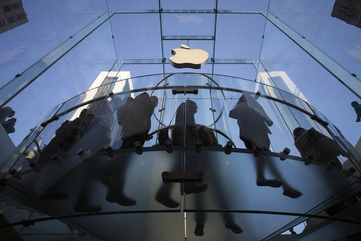 Customers enter the Fifth Avenue Apple store  in Manhattan, New York September 19, 2014. REUTERS/Adrees Latif