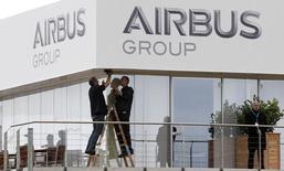 Airbus Group perdait 3,87%, plus forte baisse du CAC 40, à mi-séance, poursuivantt son recul au lendemain d'un plongeon de 10,42%, sur fond de perspectives jugées décevantes annoncées dans le cadre de ces journées investisseurs. A la même heure, l'indice CAC 40 cédait 0,19% à 4.219,72 points. /Photo prise le 19 mai 2014/REUTERS/Tobias Schwarz