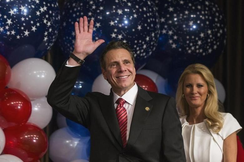Democratic New York Governor Andrew Cuomo waves to the crowd as he walks into an election party with his girlfriend Sandra Lee after winning the New York gubernatorial race during the U.S. midterm elections in New York, November 4, 2014.  REUTERS/Lucas Jackson