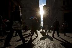 Personas caminan por Wall Street en el distrito financiero de Nueva York. Imagen de archivo, 30 octubre, 2014.Los precios al productor en Estados Unidos bajaron en noviembre y se mantuvieron estables en una lectura que no incluye alimentos ni energía, una señal de escasas presiones inflacionarias que podrían apuntar a una debilidad persistente en la economía. REUTERS/Brendan McDermid