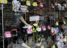 Una zapatería en Ciudad de México, nov 21 2014. El consumo privado en el mercado interno de México cayó un 0.56 por ciento a tasa desestacionalizada en septiembre, frente a agosto, por un menor gasto en bienes y servicios tanto de origen importado como nacional, dijo el lunes el instituto nacional de estadísticas, INEGI.  REUTERS/Carlos Jasso