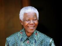 """Imagen de archivo del ex mandatario sudafricano Nelson Mandela en Johanesburgo, sep 22 2005. La fundación de Nelson Mandela dijo el lunes que publicará un libro el próximo año que el primer presidente negro de Sudáfrica comenzó a escribir poco antes de dejar su cargo, como una secuela de su autobiografía """"Long Walk to Freedom"""".  REUTERS/Mike Hutchings"""
