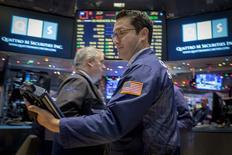 La Bourse de New York a fini en baisse de plus de 0,5% lundi, au terme d'une séance en dents de scie, à nouveau dominée par la poursuite de la chute des cours du pétrole. Le a cédé 0,58%, le S&P-500 0,64% et le Nasdaq Composite a reculé de son côté de 1,04%. /Photo prise le 15 décembre 2014/REUTERS/Brendan McDermid