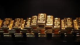 Слитки золота в депозитарной ячейке ProAurum в Мюнхене 6 марта 2014 года. Цены на золото растут при поддержке слабого доллара после значительного снижения в понедельник. REUTERS/Michael Dalder