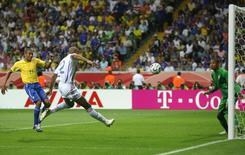 Francês Thierry Henry marca gol contra o Brasil em partida das quartas de final da Copa do Mundo de 2006, em Frankfurt. 01/07/2006  REUTERS/Charles Platiau