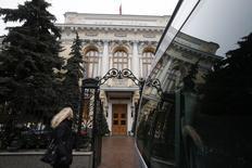 El Banco Central de Rusia en Moscú, dic 16 2014. El Banco Central de Rusia dijo el miércoles que tomará varias medidas financieras adicionales para acelerar la estabilización del rublo. REUTERS/Maxim Zmeyev