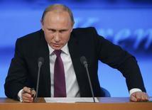 Президент России Владимир Путин на пресс-конференции в Москве 18 декабря 2014 года. Владимир Путин отверг возможность заговора богатых элит, страдающих от экономических санкций в отношении России, и назвал стабильность в стране покоящейся на поддержке власти народом. REUTERS/Maxim Zmeyev