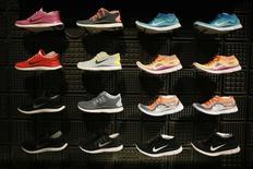Nike, premier fabricant mondial d'articles de sport, a annoncé un ralentissement de la croissance de ses commandes, à son rythme le plus lent des quatre derniers trimestres et en retrait par rapport aux attentes du marché. /Photo d'archives/REUTERS/Lucy Nicholson