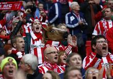 """Болельщики """"Сандерленда"""" на финале Кубка лиги против """"Манчестер Сити"""" в Лондоне 2 марта 2014 года. Матчи сильнейших европейских чемпионатов пройдут с пятницы по воскресенье.  REUTERS/Eddie Keogh"""