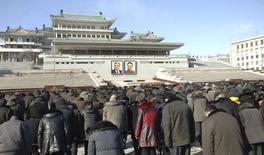 Norte-coreanos prestam homenagem ao ex-líder Kim Jong Il, em Pyongyang, no aniversário de três anos de sua morte. 17/12/2014 REUTERS/KCNA