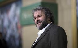"""El escritor, productor y director de cine Peter Jackson posa durante el estreno de """"The Hobbit: The Battle of the Five Armies"""" en Hollywood.  La última película de la saga """"Hobbit"""" de Jackson alcanzó la cima de la taquilla en los cines de Estados Unidos y Canadá el fin de semana, con una recaudación estimada en 56,2 millones de dólares que dio impulso a la temporada cinematográfica navideña, crucial para Hollywood. 9 de diciembre de 2014. REUTERS/Mario Anzuoni"""