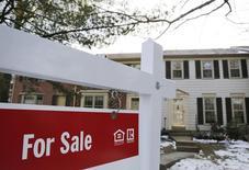 Una casa a la venta vista en Oakton, Virginia. Imagen de archivo, 27 marzo, 2014.  Las ventas de casas usadas de Estados Unidos se desplomaron al mínimo en seis meses en noviembre tras dos meses seguidos de incrementos fuertes, subrayando la naturaleza irregular de la recuperación del mercado inmobiliario. REUTERS/Larry Downing