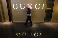 Gucci s'est engagé à renforcer les contrôles sur ses fournisseurs après une émission de télévision de la RAI dénonçant les conditions de travail chez l'un d'eux. Selon l'émission, des employés chinois travaillent jusqu'à 14 heures par jour pour assembler en Italie des sacs à main pour la marque de luxe, le dirigeant du sous-traitant en question déclarant vendre les sacs 24 euros pièce à Gucci qui les propose autour de 1.000 euros en magasin. /Photo d'archives/REUTERS/Alex Lee