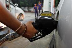 A worker fills a car with diesel at a fuel station in the western Indian city of Ahmedabad in this September 13, 2012 file photo. REUTERS/Amit Dave/Files