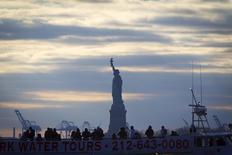 La Estatua de la Libertad fotografiada atrás de un barco de turistas en Manhattan, Nueva York. Imagen de archivo, 18 diciembre, 2014. Los pedidos de bienes duraderos, un barómetro de los planes de inversión de las empresas en Estados Unidos, se mantuvieron inesperadamente estables en noviembre, lo que sugiere una desaceleración en el crecimiento económico después de una fuerte expansión en los últimos dos trimestres. REUTERS/Carlo Allegri