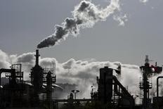 Fumaça sendo dispersada no céu em refinária de petróleo em Wilmington, Califórnia. 24/03/2012 REUTERS/Bret Hartman