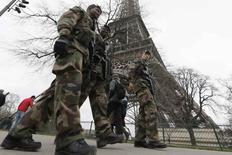 Soldados franceses fazem segurança da Torre Eiffel, em Paris. 23/12/2014.   REUTERS/Gonzalo Fuentes