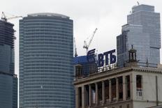 Логотип ВТБ на здании в Москве 18 марта 2013 года. Крупнейшая российская нефтяная компания Роснефть может получить деньги из Фонда национального благосостояния в первом квартале 2015 года, в то время как ВТБ и Газпромбанк - до конца текущего года, сказали чиновники. REUTERS/Sergei Karpukhin