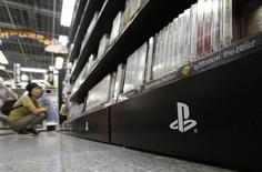 Logotipo do PlayStation na estante de uma loja em Tóquio. 16/07/2014 REUTERS/Yuya Shino