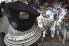 Chapéu da polícia fotogrado peto de local de homenagem a policias mortos no Brooklyn, em Nova York. 25/12/2014 REUTERS/Carlo Allegri