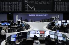 Les Bourses européennes baissent pour la plupart à la mi-séance lundi dans la crainte d'un regain d'agitation politique en Grèce après le résultat non concluant du scrutin présidentiel au Parlement. La Bourse d'Athènes a perdu jusqu'à 11% et, à la mi-séance, le CAC 40 recule de 0,33%, à 4.281,61 points. Le Dax cède 0,63%, mais le FTSE conserve un gain de 0,16%. /Photo prise le 29 décembre 2014/REUTERS