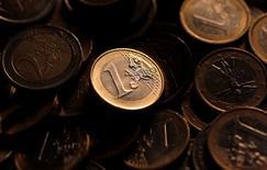 Монеты евро в Риме 9 декабря 2011 года. Евро упал до 29-месячного минимума к доллару во вторник, так как объявление о досрочных выборах в Греции вызвало новое обострение политического кризиса. REUTERS/Tony Gentile