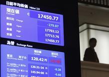 Malgré un repli de 1,57% mardi, la Bourse de Tokyo affiche sur l'ensemble de l'année 2014 une progression de 7,12% et 2015 s'annonce bien, ce qui pourrait permettre à l'indice Nikkei d'atteindre au printemps le seuil symbolique des 20.000 points. /Photo prise le 30 décembre 2014/REUTERS/Yuya Shino