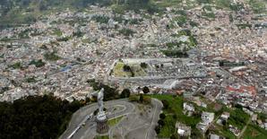 Imagen de archivo de una vista de Quito tomada desde el cerro Panecillo, feb 21 2012. ¿Está buscando un lugar asequible y seguro para su retiro? Ecuador ha sido nombrado por InternationalLiving.com como el mejor país para residir tras la jubilación por los bajos costos de vivienda y sus generosos beneficios. REUTERS/Guillermo Granja
