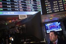 La Bourse de New York a fini sur une note stable vendredi pour sa première séance de l'année, les investisseurs ayant hésité à poursuivre leurs achats après la publication d'indicateurs de conjoncture inférieurs aux attentes.  L'indice Dow Jones a gagné 0,05% et le S&P-500, plus large, a perdu 0,04%. /Photo prise le 2 janvier 2015/REUTERS/Carlo Allegri