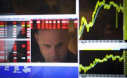 2014 à été une année détestable pour le secteur lié à l'énergie à Wall Street et, même si la première séance boursière de l'année 2015 a connu un nouvel accès de faiblesse du baril de pétrole, les investisseurs commencent à se demander à quel moment le secteur pourrait repartir de l'avant. /Photo d'archives/ REUTERS/Carlo Allegri
