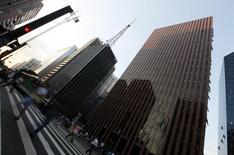 Personas caminan por Avenida Paulista en el distrito financiero de Sao Paulo. Imagen de archivo, 8 abril, 2014. Economistas subieron sus pronósticos para la inflación de Brasil al final de 2015 sobre el objetivo oficial, lo que sugiere que las tasas de interés podrían mantenerse estables en los meses que vienen, mostró el lunes el sondeo Focus, que elabora el banco central. REUTERS/Paulo Whitaker