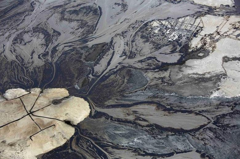 Oil goes into a tailings pond at the Suncor tar sands operations near Fort McMurray, Alberta, September 17, 2014. REUTERS/Todd Korol