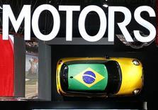 Les ventes de voitures neuves ont baissé de 7,2% en 2014 au Brésil et l'association des concessionnaires Fenabrave prévoit une nouvelle contraction, modeste, pour cette année. /Photo prise le 29 octobre 2014/REUTERS/Paulo Whitaker