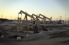 Imagen de archivo de una unidad de bombeo de crudo en el pozo Wilmington cerca de  Long Beach, EEUU, jul 30 2013. Las exportaciones de petróleo de Estados Unidos alcanzaron un máximo de 501.766 barriles por día en noviembre, un aumento de casi 126.000 bpd respecto al mes anterior, mostraron el miércoles datos de la Oficina del Censo de ese país. REUTERS/David McNew