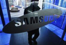 Homem entra em sede da Samsung em Seul. REUTERS/Kim Hong-Ji (SOUTH KOREA - Tags: BUSINESS LOGO SCIENCE TECHNOLOGY)
