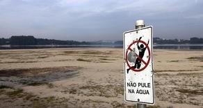 Placa em parte seca da represa de Guarapiranga, em São Paulo, em 21 de novembro de 2014. REUTERS/Paulo Whitaker (BRAZIL - Tags: DISASTER ENVIRONMENT)