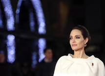 """La actriz Angelina Jolie posa para una fotografía mientras llega a la premiere de """"Unbroken"""" en el centro de Londres. Imagen de archivo, 25 noviembre, 2014. La actriz Angelina Jolie se reunió el jueves con el Papa Francisco luego de la proyección de su película """"Unbroken"""", dijo el Vaticano. REUTERS/Paul Hackett"""