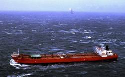 Imagen de archivo de un supercarguero costa afuera de la Isla de Terranova. Algunos de los mayores operadores petroleros del mundo han contratado esta semana a supercargueros para que almacenen crudo en el mar, un hito en la acumulación de la sobreoferta global. Reuters/Archivo